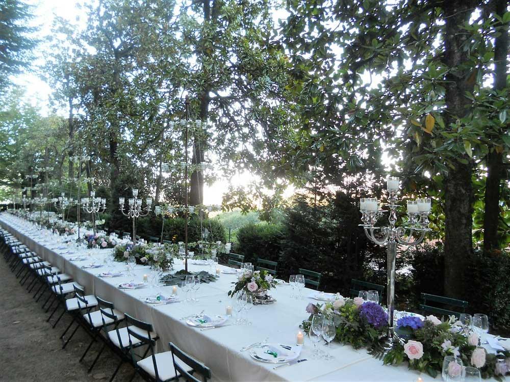mise en place tavolo imperiale esterno Bon Ton di Pietrini presso Castello Canalis di Cumiana- catering per matrimoni e catering per eventi aziendali Bon Ton di Pietrini, Torino