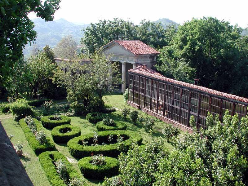 Giardini e Tempietto del Castello di San Sebastiano Po - Bon Ton di Pietrini presso Castello di San Sebastiano da Po - catering per matrimoni e catering per eventi aziendali Bon Ton di Pietrini, Torino