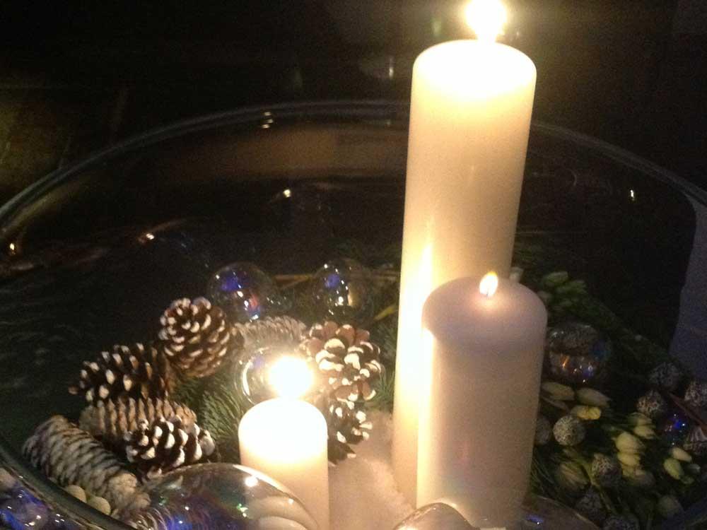 dettaglio centratavolo candele per allestimento tavolo catering Bon Ton di Pietrini