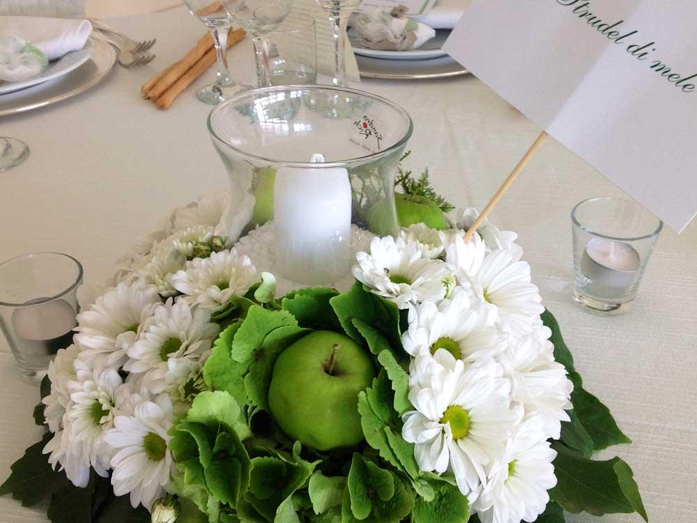 dettaglio centratavolo candele e fiori per allestimento tavolo catering Bon Ton di Pietrini