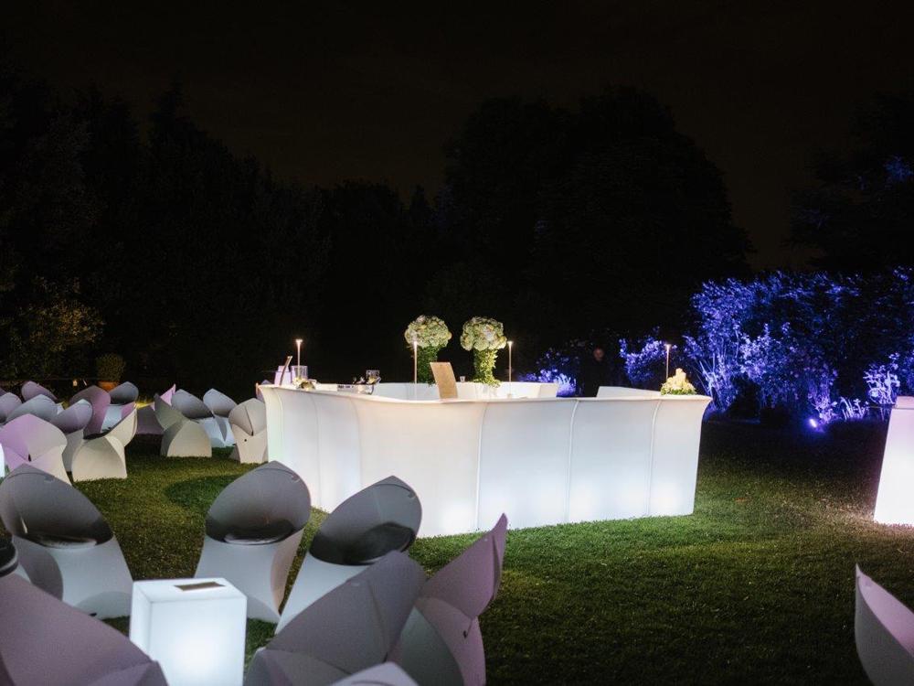 Centro Noleggio per Bon Ton di Pietrini - allestimento giardino e bancone open bar illuminato - catering per matrimoni