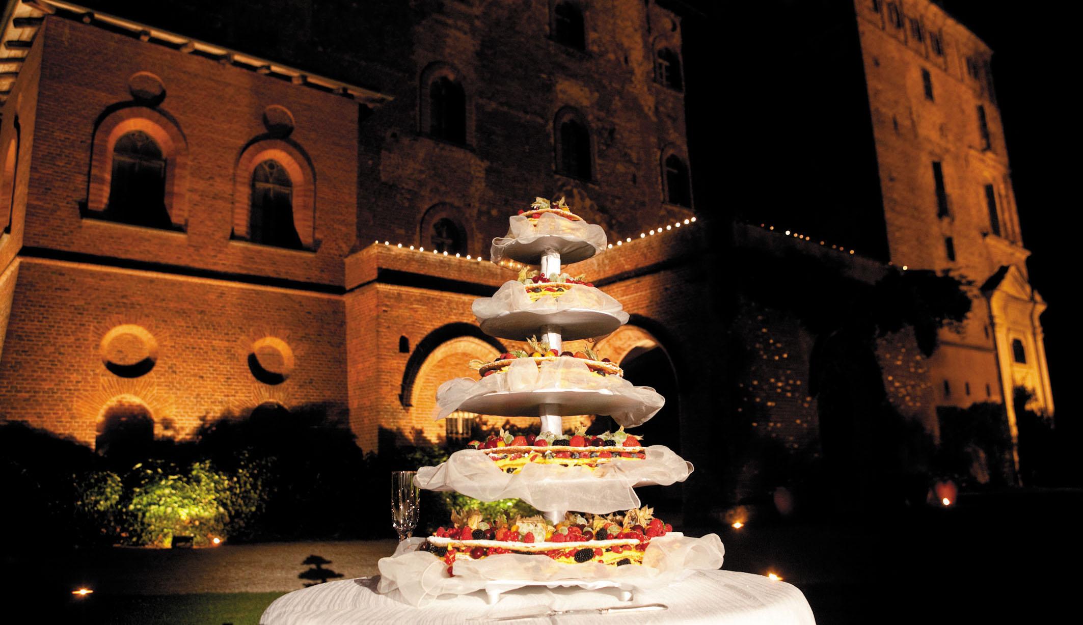 taglio della torta nei giardini - Castello di Pralormo_location per matrimoni, Catering per matrimoni Bon Ton di Pietrini