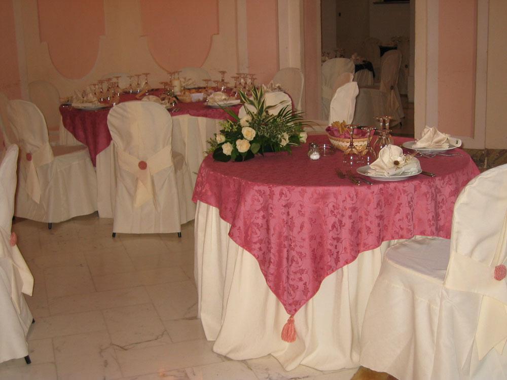 Sala rosa, mise en place Graffiti e Aurum, allestimento presso Villa Luigina, location per matrimoni, Catering per matrimoni Bon Ton di Pietrini