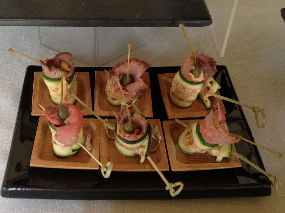 Vitello con salsa alla monferrina e fiore del cappero - catering Bon Ton Pietrini - dettaglio buffet finger food