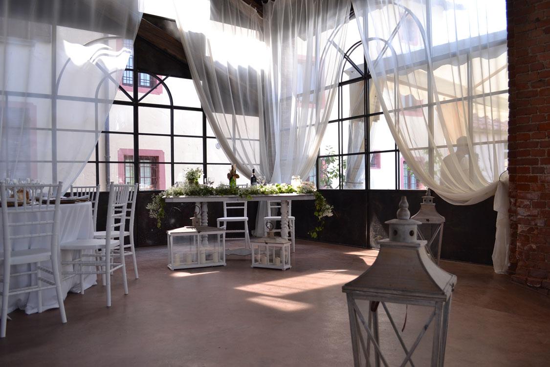 Venturino noleggi per Bon Ton di Pietrini - dettaglio allestimento interno tavoli luci e fiori