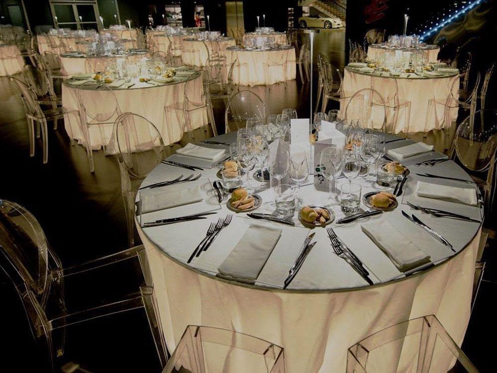 tavoli illuminati per cena al museo dell'automobile di torino